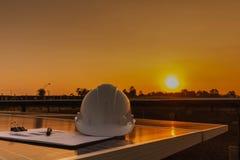 Ingenieure ?berpr?fen die Leistungskurve der Energieerzeugung von den Sonnenkollektoren, die alternative Energie sind und welches stockfoto