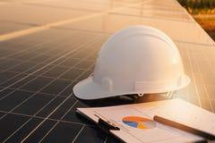 Ingenieure ?berpr?fen die Leistungskurve der Energieerzeugung von den Sonnenkollektoren, die alternative Energie sind und welches stockfotos