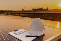 Ingenieure ?berpr?fen die Leistungskurve der Energieerzeugung von den Sonnenkollektoren, die alternative Energie sind und welches lizenzfreies stockfoto