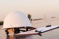 Ingenieure ?berpr?fen die Leistungskurve der Energieerzeugung von den Sonnenkollektoren, die alternative Energie sind und welches lizenzfreie stockfotos