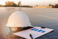 Ingenieure ?berpr?fen die Leistungskurve der Energieerzeugung von den Sonnenkollektoren, die alternative Energie sind und welches lizenzfreie stockbilder