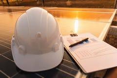 Ingenieure ?berpr?fen die Leistungskurve der Energieerzeugung von den Sonnenkollektoren, die alternative Energie sind und welches stockbilder