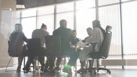 Ingenieure besprechen einen Vertrag Bohrung in Westsibirien technik stock video