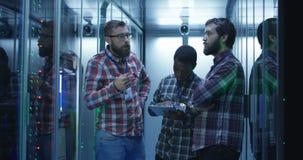 Ingenieure Coworking IT, die Server-Hardware bestimmen stock video footage