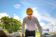 Ingenieure, die Architekten, die den Planer betrachten, sind mit dem Job glücklich stockbilder