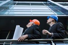 Ingenieure, die Baustelle überwachen stockbilder