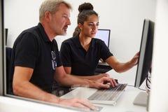 Ingenieure, die CAD-System im Design-Studio verwenden lizenzfreie stockfotos