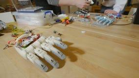 Ingenieure, die innovativen kybernetischen bionischen Arm herstellen High-Teche innovative Technologie stock video