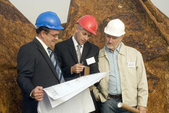 Ingenieure, die Pläne studieren Lizenzfreies Stockfoto