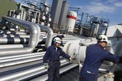 Ingenieure, die Rohrleitungssicherheit überprüfen Lizenzfreie Stockfotografie