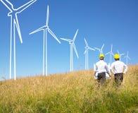 Ingenieure, die Windmühlen aufbauen Stockbild
