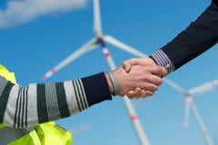 Ingenieure Händedruck, Wind-Turbine-Kraftwerk lizenzfreies stockbild