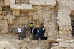 Ingenieure und Arbeitskräfte kontrollieren einen Abschnitt Bent Pyramids in Ägypten Lizenzfreies Stockbild
