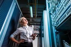 Ingenieurgeschäftsfrau im Netzwerk-Server-Raum Lizenzfreie Stockbilder