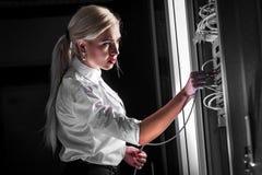 Ingenieurgeschäftsfrau im Netzwerk-Server-Raum Stockfotos