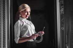 Ingenieurgeschäftsfrau im Netzwerk-Server-Raum Stockfotografie