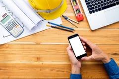 Ingenieurmannhände, die leeren Bildschirm ein Smartphone halten lizenzfreie stockbilder