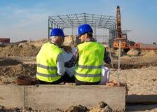 Ingenieurs bij bouwwerf stock afbeelding