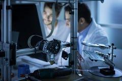 Ingenieurs die een computer met behulp van stock fotografie
