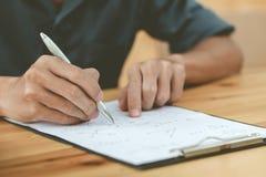 Ingenieurs die een pen gebruiken royalty-vrije stock fotografie