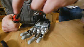 Ingenieurs die Hi-tech innovatief bionisch wapen produceren op workshop stock video