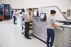 Ingenieurs die Hulpmiddelen voor Gebruik op Machines in Fabriek selecteren royalty-vrije stock foto