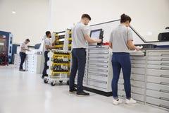 Ingenieurs die Hulpmiddelen voor Gebruik op Machines in Fabriek selecteren royalty-vrije stock afbeelding