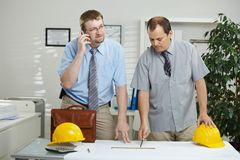Ingenieurs die op kantoor werken stock foto