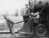 Ingenieurs die treinmotor trekken (Alle afgeschilderde personen leven niet langer en geen landgoed bestaat Leveranciersgaranties  stock afbeelding
