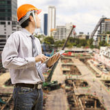 Ingenieurs en architecten die digitale tablet gebruiken Stock Foto