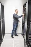 IT ingenieurs verbindend netwerk in datacenter Stock Foto's