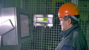 Ingenieurs werkend controlebord bij een industriële fabriek 4K stock video