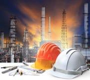 Ingenieurs werkende lijst in de installatie zware petrochemische stof van de olieraffinaderij Royalty-vrije Stock Fotografie