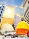 Ingenieurs werkende lijst tegen hemel scrapper in stedelijk scènegebruik F Royalty-vrije Stock Foto's