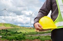 Ingenieursarbeider bij de krachtcentrale van de windturbine stock afbeelding