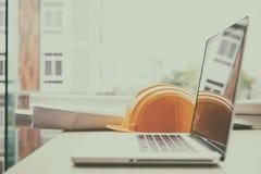 ingenieursbureau met laptop computer, oranje helm, blauwdruk rol Royalty-vrije Stock Foto's