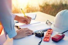 Ingenieurshand die een bouwproject met Potlood schetsen royalty-vrije stock foto's