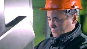 Ingenieursportret Mensen werkend controlebord bij een industriële fabriek 4K stock footage