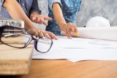 Ingenieurteamwork Bild der Ingenieursitzung für Architekturp Lizenzfreie Stockfotografie