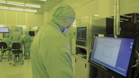 Ingenieurwissenschaftler in den sterilen Klagen, Maske seien Sie in einer sauberen Zone, die einen Prozess voranbrachte betrachte stock footage