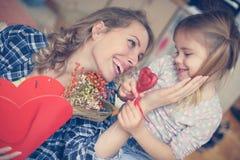 Ingenio de madre su hija Foto de archivo libre de regalías