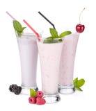 Ingenio del smoothie de la leche de la zarzamora, de la frambuesa y de la cereza imagen de archivo
