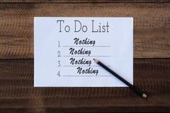 Ingenting att göra listan på papper att att göra listaanmärkningen på träbakgrund Royaltyfri Bild
