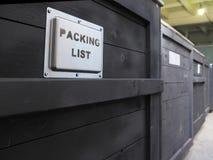Ingepakt in donkere houten ladingsdoos De verpakking van de goederen De Speciale behandeling van de verpakkingslijst van houten v Stock Afbeelding
