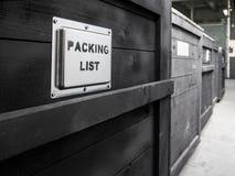 Ingepakt in donkere houten ladingsdoos De verpakking van de goederen De Speciale behandeling van de verpakkingslijst van houten v Stock Fotografie