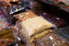Ingepakte Bonen en Noten voor Verkoop bij Lokale Markt Stock Foto