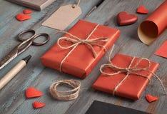 Ingepakte huidige, verpakkend document, etiketten en decoratie op rusti Stock Fotografie
