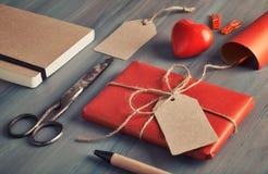 Ingepakte huidige, verpakkend document, etiketten en decoratie op rusti stock foto's