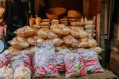 Ingepakte roodgloeiende Spaanse peperpeper en broodjes in een lokale markt Uit Bhutan royalty-vrije stock afbeeldingen