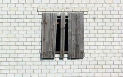 Ingescheept op venster in een witte bakstenen muur Royalty-vrije Stock Foto's